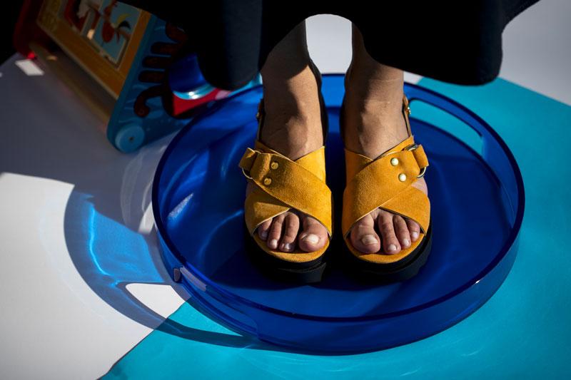 Chic o Kitsch ? Sono ritornati dai LOOK ANNI '90, ecco i sandali  UGLY